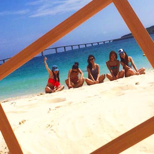 宮古島のビーチで仲間と記念写真を撮るOさん