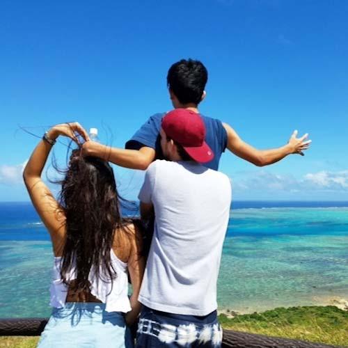 宮古島の絶景を背景に友人と写真撮影
