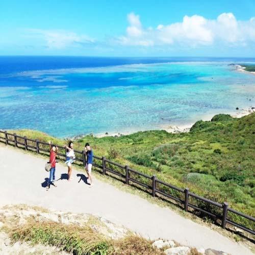 石垣島の景色の良い道を歩くYさん